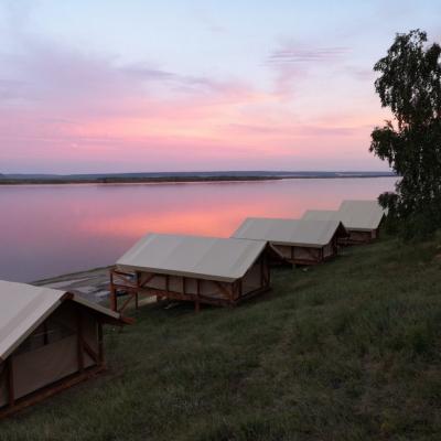 Глэмпинг река Лена, комфортный дикий отдых на реке, красивый закат